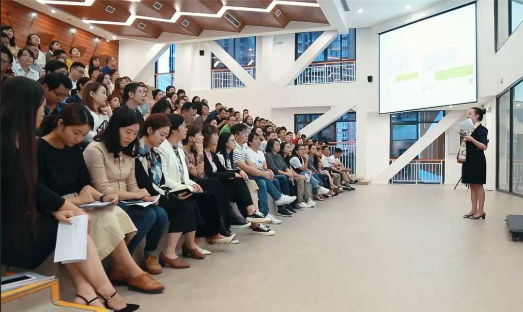 霍森斯小学曾校长做主题演讲《从丹麦学校建筑,思考校园空间设计与课程融合》